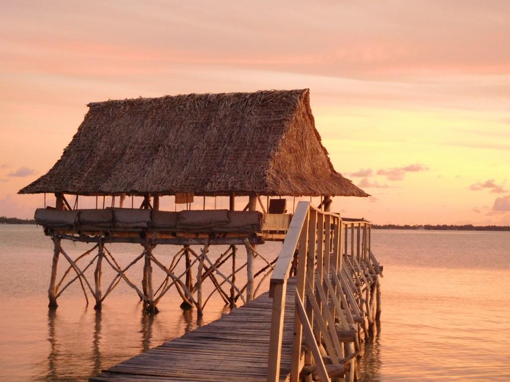 Miellyttävä majoituspaikka Pohjois-Tarawalla Kiribatissa. Tämän löytämisessä mormonit auttoivat.